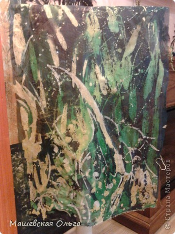 """Техника """"Горячий батик"""".  Изготовление Шарфика. Горячий батик — одна из разновидностей батика. Узор создается с помощью расплавленного воска или других подобных веществ. Окрасив ткань и сняв воск, мы получим белый или разноцветный рисунок на цветном фоне.  Холодный и горячий батик основаны на применении резервирующих составов, ограничивающих растекаемость краски по полотну.  В горячем батике разогретый резервирующий состав используется для нанесения контура, им же покрываются отдельные участки ткани для предохранения их от растекающейся краски. Благодаря тому, что контурные линии здесь не обязательны, в рисунке возможны мягкие переходы тонов. Соединение различных технических приемов нанесения резервирующего состава позволяет делать более тонкие и разнообразные разработки орнаментальных форм, в особенности цветочных.  Резервирующие составы для горячего батика:  Рецепт №1  Парафин 660 г  Вазелин технический 340 г  Рецепт №2  Парафин 500 г  Вазелин технический 250 г  Воск пчелиный 250 г В данной работе использован только парафин.Грели на плите в Жестяной кружке. Будьте ОСТОРОЖНЫ!!1 Парафиновые пары-Очень вредны! Открывайте форточку! фото 6"""