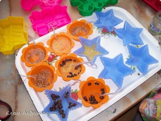 """Для декора """"игрушек"""" использовала зерна кофе, кукурузную и гречневую крупы и гуашь."""
