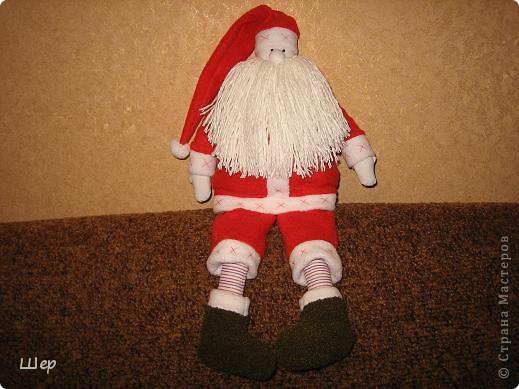 Скоро Новый год и так хочется встретить его со всеми новогодними атрибутами - гирляндами, сапожками да рукавичками, и , конечно с Дедом Морозом! Очень мне понравился  дед Мороз - Новогодняя тильда!  Спасибо большое за подробный изумительный мастер-класс рукодельнице из Пензы Katjushik ...   он здесь - http://www.katjushik.ru/toys/дед-мороз-тильда.html