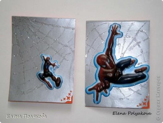 Вот такие карточки АТС сделал мой пятилетний сынишка :)) Один из наших любимых героев - Непобедимый Человек-Паук, поэтому и карточки с его изображением. Все довольно просто, т.к. это были тренировочые карточки :)) На картон наклеили самоклеющуюся серебряную металлизированную бумагу и учились рисовать паутинку гелем с блестками, ну и объемные наклейки с главным героем Питером Паркером - Человеком-пауком. Я немного помогла с окончательным оформлением - декор угла с помощью фигурного дырокола и подпись оборотной стороны. фото 3