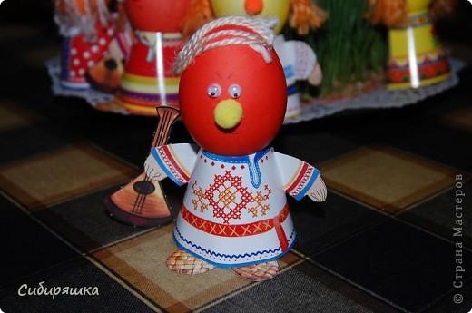 Для декорирования яиц использовали готовый набор, в который входит: красители, подставки. пряжа, глазки, текстильные шарики. Клеили на клеевой пистолет. фото 2