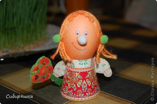 Для декорирования яиц использовали готовый набор, в который входит: красители, подставки. пряжа, глазки, текстильные шарики. Клеили на клеевой пистолет. фото 4