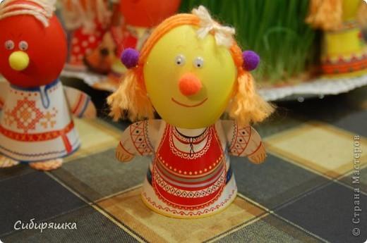 Для декорирования яиц использовали готовый набор, в который входит: красители, подставки. пряжа, глазки, текстильные шарики. Клеили на клеевой пистолет. фото 5