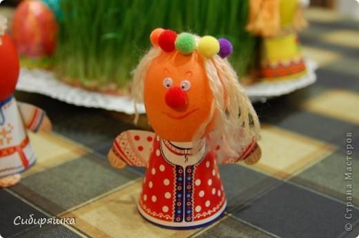 Для декорирования яиц использовали готовый набор, в который входит: красители, подставки. пряжа, глазки, текстильные шарики. Клеили на клеевой пистолет. фото 6