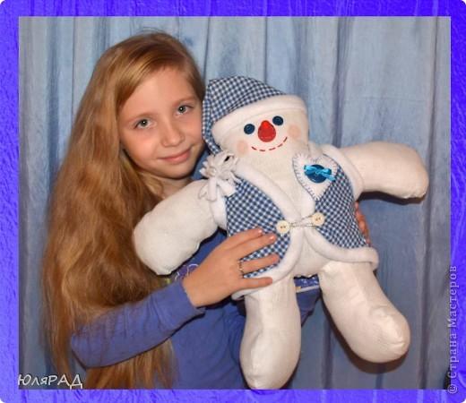 В этом году опять дали задание сделать игрушку на районную ёлку, только вот цвете должны быть исключительно бело-синие.................вот и получился снеговичок в телогрейке)))) фото 4