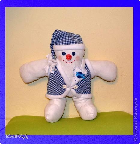 В этом году опять дали задание сделать игрушку на районную ёлку, только вот цвете должны быть исключительно бело-синие.................вот и получился снеговичок в телогрейке)))) фото 1