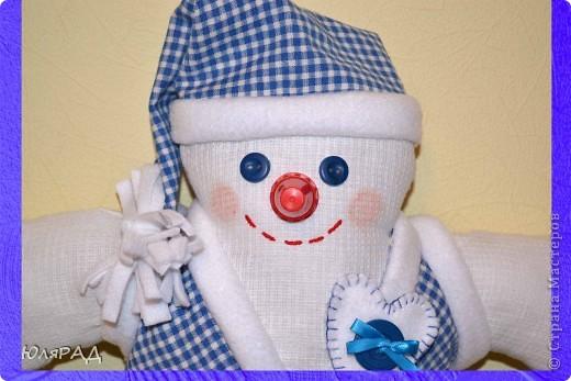 В этом году опять дали задание сделать игрушку на районную ёлку, только вот цвете должны быть исключительно бело-синие.................вот и получился снеговичок в телогрейке)))) фото 2