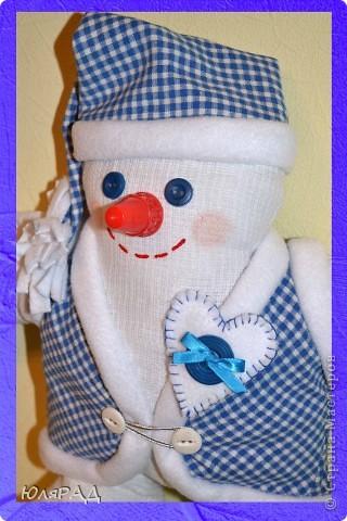 В этом году опять дали задание сделать игрушку на районную ёлку, только вот цвете должны быть исключительно бело-синие.................вот и получился снеговичок в телогрейке)))) фото 3