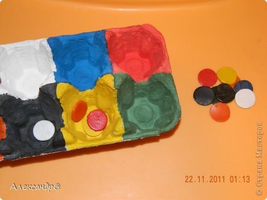 Берем обыкновенную подставку для яиц и отрезаем столько ячеек сколько будет цветов.Каждую из них раскрашиваем. берем какие нибудь одинаковые предметы те которые можно раскрасить(я сделала из соленого теста)красим в те же цвета что и ячейки(по несколько штук).все покрываем лаком при необходимости. раскладываем фишечки по цветам