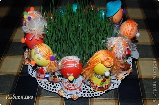 Для декорирования яиц использовали готовый набор, в который входит: красители, подставки. пряжа, глазки, текстильные шарики. Клеили на клеевой пистолет. фото 9