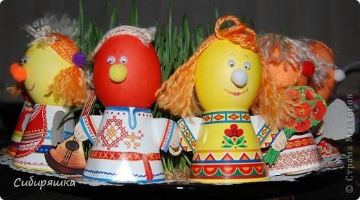 Для декорирования яиц использовали готовый набор, в который входит: красители, подставки. пряжа, глазки, текстильные шарики. Клеили на клеевой пистолет. фото 1