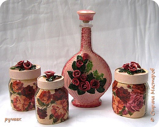 Вот такой неожиданный получился у меня набор с чайными розами... изначально задумывала сделать просто баночки, а бутылку сделать новогодней, но что-то не пошло и на время отставила все в сторону... а потом родилась идея с розами из соленого теста, решила попробовать, получиться или нет не знала, слепила на шпажках розочки, листики... наклеила их на крышки банок и бутылку, заранее закрашенные  розовой краской, с неделю сохло... а потом все раскрасила, старалась подобрать по цвету роз на салфетке... Машенька (Мэрисабэлка) спасибо большое за рецепт соленого теста и советы, у меня все получилось…  фото 1