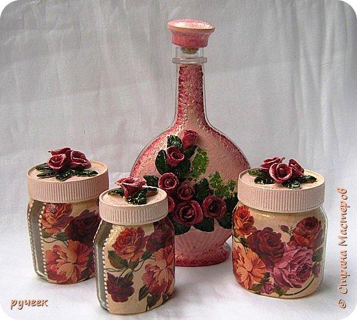 Вот такой неожиданный получился у меня набор с чайными розами... изначально задумывала сделать просто баночки, а бутылку сделать новогодней, но что-то не пошло и на время отставила все в сторону... а потом родилась идея с розами из соленого теста, решила попробовать, получиться или нет не знала, слепила на шпажках розочки, листики... наклеила их на крышки банок и бутылку, заранее закрашенные  розовой краской, с неделю сохло... а потом все раскрасила, старалась подобрать по цвету роз на салфетке... Машенька (Мэрисабэлка) спасибо большое за рецепт соленого теста и советы, у меня все получилось…  фото 8