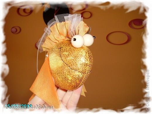 Вот такую застенчивую  золотую рыбку я сшила из остатков ткани, сетки, бусин и искусственных ресниц. Рыбка подвешана на мобиль над кроваткой сына. Хоть каждый день загадывай желания! Главное, не переборщить и не остаться в итоге у разбитого корытца:-) фото 1
