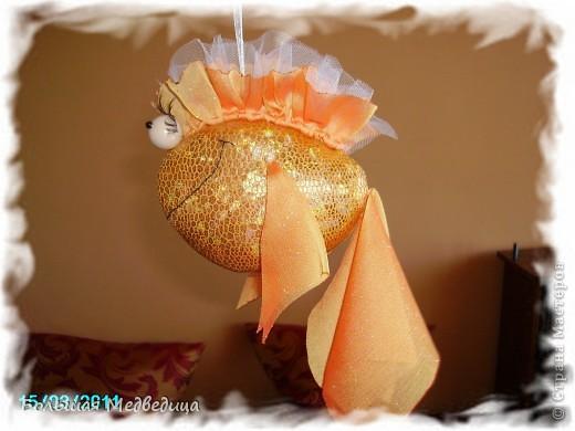 Вот такую застенчивую  золотую рыбку я сшила из остатков ткани, сетки, бусин и искусственных ресниц. Рыбка подвешана на мобиль над кроваткой сына. Хоть каждый день загадывай желания! Главное, не переборщить и не остаться в итоге у разбитого корытца:-) фото 2
