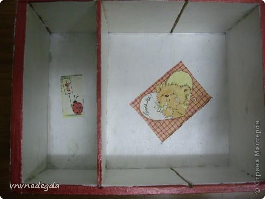"""Жила была скучная деревянная коробочка, использовала я её под картотеку. Ну до чего она мне надоела! Решила я её немного преобразить! Бумажная рутина иногда так заедает! Вот и выбрала я """"нескучные"""" салфетки! Теперь посмотришь на картотеку, и настроение поднимается мгновенно! фото 4"""