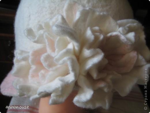 Свалялась  у меня под настроение вот такая игривая шляпка и шарфик) 18 микронная шерсть, и волокна шелка фото 2