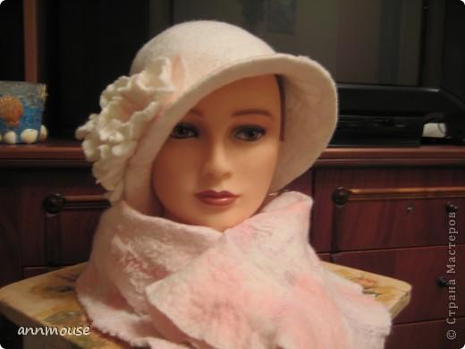 Свалялась  у меня под настроение вот такая игривая шляпка и шарфик) 18 микронная шерсть, и волокна шелка фото 3