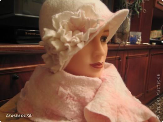 Свалялась  у меня под настроение вот такая игривая шляпка и шарфик) 18 микронная шерсть, и волокна шелка фото 1