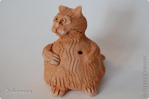 Это поделки моего сына. Мой любимый кот-свистулька. Он действительно свистит. Расписать глину Ваньке, конечно, не хватило терпения. фото 1