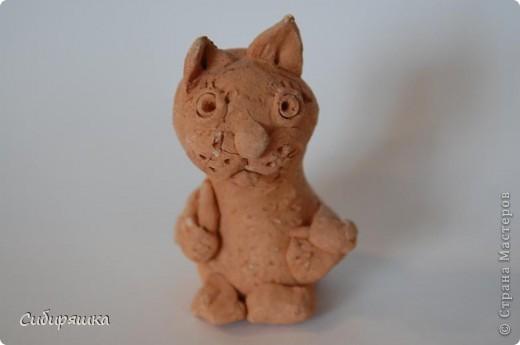 Это поделки моего сына. Мой любимый кот-свистулька. Он действительно свистит. Расписать глину Ваньке, конечно, не хватило терпения. фото 2