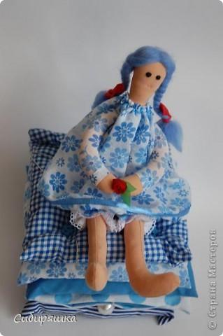 """Вдруг поняла, что сочетание белого с голубым мой любимый цвет. И не напрягает , и смотрится очень нежненько. Эту работу делали с ребенком на конкурс """"Дизайн новогодней упаковки """"Новая жизнь сибирского валенка"""". Склеили из ватмана круглую коробку, обтянули ее упаковочным флизелином - такого полно в цветочных магазинах. А дальше - как фантазия подскажет. Мы наклеили атласные ленточки на крышку , кружева по кругу, кусочки того же кружева на крышку, кусочки тесьмы на коробочку. Валеночек сшили из куска драпа и рубашечной ткани и просто привязали его на крышку. фото 3"""