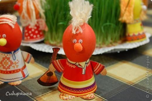 Для декорирования яиц использовали готовый набор, в который входит: красители, подставки. пряжа, глазки, текстильные шарики. Клеили на клеевой пистолет. фото 3