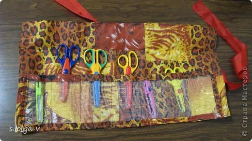 идея взята с http://knitly.com/5404. только от себя добавила  -- между слоями ткани вшила сетку, которую применяют флористы для букетов, чтобы было поплотнее. и из неё же сделала кармашки. 1 лишний специально вдруг еще прикуплю ножницы. в свернутом виде диаметр 9 см, высота 22 см.  Получился немного грубоват, но мне все  же очень нравится))) фото 6