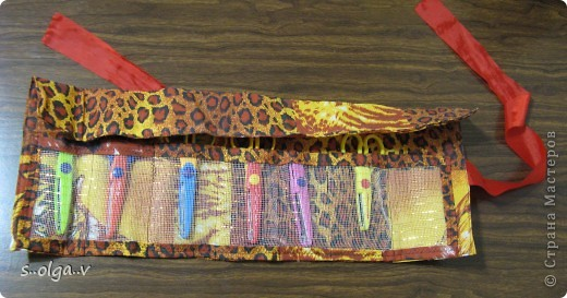 идея взята с http://knitly.com/5404. только от себя добавила  -- между слоями ткани вшила сетку, которую применяют флористы для букетов, чтобы было поплотнее. и из неё же сделала кармашки. 1 лишний специально вдруг еще прикуплю ножницы. в свернутом виде диаметр 9 см, высота 22 см.  Получился немного грубоват, но мне все  же очень нравится))) фото 4
