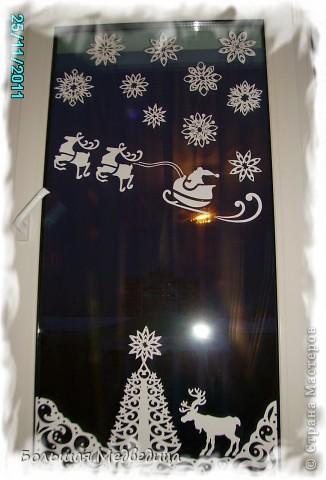 В этом году я решила украсить окна как-то необычно. Полистав интернет, решила сделать, все-таки, по-своему. Не просто наклеить снежинки или новогодние мотивы, а сделать сюжетную картинку, или новогоднюю сказку. Итак... в нашей сказке в резных высоких сугробах живет вот такая красавица Ёлка и новогодний Олень. фото 5