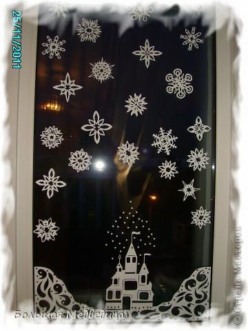 В этом году я решила украсить окна как-то необычно. Полистав интернет, решила сделать, все-таки, по-своему. Не просто наклеить снежинки или новогодние мотивы, а сделать сюжетную картинку, или новогоднюю сказку. Итак... в нашей сказке в резных высоких сугробах живет вот такая красавица Ёлка и новогодний Олень. фото 6