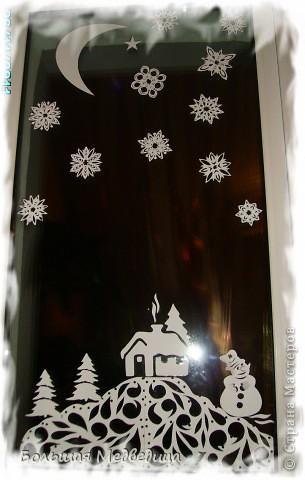 В этом году я решила украсить окна как-то необычно. Полистав интернет, решила сделать, все-таки, по-своему. Не просто наклеить снежинки или новогодние мотивы, а сделать сюжетную картинку, или новогоднюю сказку. Итак... в нашей сказке в резных высоких сугробах живет вот такая красавица Ёлка и новогодний Олень. фото 7