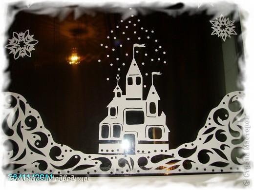 В этом году я решила украсить окна как-то необычно. Полистав интернет, решила сделать, все-таки, по-своему. Не просто наклеить снежинки или новогодние мотивы, а сделать сюжетную картинку, или новогоднюю сказку. Итак... в нашей сказке в резных высоких сугробах живет вот такая красавица Ёлка и новогодний Олень. фото 3