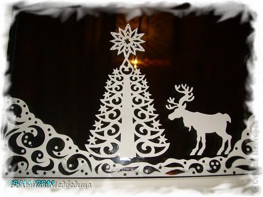 В этом году я решила украсить окна как-то необычно. Полистав интернет, решила сделать, все-таки, по-своему. Не просто наклеить снежинки или новогодние мотивы, а сделать сюжетную картинку, или новогоднюю сказку. Итак... в нашей сказке в резных высоких сугробах живет вот такая красавица Ёлка и новогодний Олень. фото 1