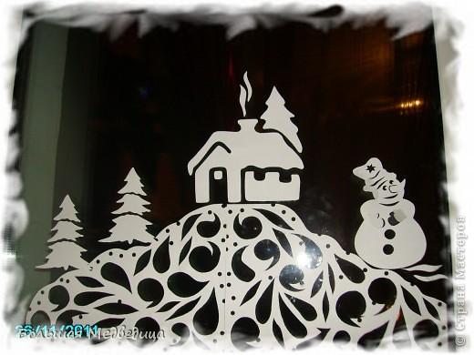 В этом году я решила украсить окна как-то необычно. Полистав интернет, решила сделать, все-таки, по-своему. Не просто наклеить снежинки или новогодние мотивы, а сделать сюжетную картинку, или новогоднюю сказку. Итак... в нашей сказке в резных высоких сугробах живет вот такая красавица Ёлка и новогодний Олень. фото 4
