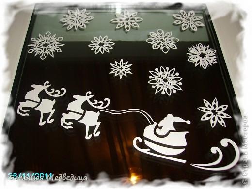 В этом году я решила украсить окна как-то необычно. Полистав интернет, решила сделать, все-таки, по-своему. Не просто наклеить снежинки или новогодние мотивы, а сделать сюжетную картинку, или новогоднюю сказку. Итак... в нашей сказке в резных высоких сугробах живет вот такая красавица Ёлка и новогодний Олень. фото 2