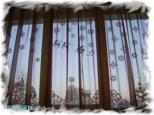В этом году я решила украсить окна как-то необычно. Полистав интернет, решила сделать, все-таки, по-своему. Не просто наклеить снежинки или новогодние мотивы, а сделать сюжетную картинку, или новогоднюю сказку. Итак... в нашей сказке в резных высоких сугробах живет вот такая красавица Ёлка и новогодний Олень. фото 8