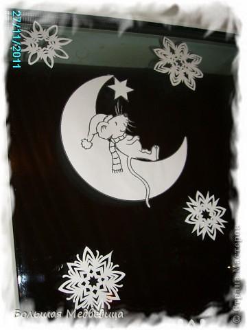 В этом году я решила украсить окна как-то необычно. Полистав интернет, решила сделать, все-таки, по-своему. Не просто наклеить снежинки или новогодние мотивы, а сделать сюжетную картинку, или новогоднюю сказку. Итак... в нашей сказке в резных высоких сугробах живет вот такая красавица Ёлка и новогодний Олень. фото 10