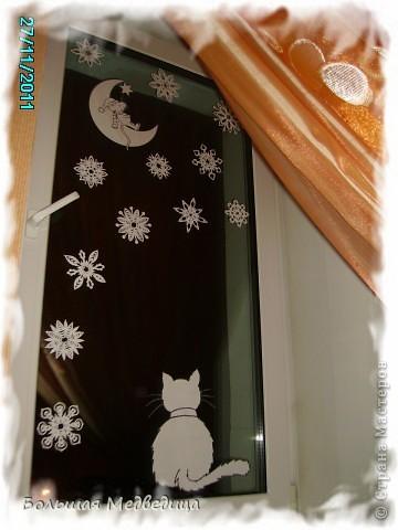В этом году я решила украсить окна как-то необычно. Полистав интернет, решила сделать, все-таки, по-своему. Не просто наклеить снежинки или новогодние мотивы, а сделать сюжетную картинку, или новогоднюю сказку. Итак... в нашей сказке в резных высоких сугробах живет вот такая красавица Ёлка и новогодний Олень. фото 9
