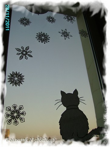 В этом году я решила украсить окна как-то необычно. Полистав интернет, решила сделать, все-таки, по-своему. Не просто наклеить снежинки или новогодние мотивы, а сделать сюжетную картинку, или новогоднюю сказку. Итак... в нашей сказке в резных высоких сугробах живет вот такая красавица Ёлка и новогодний Олень. фото 11