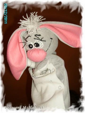 Встречайте!/барабанная дробь...трррррр.../  На арене заяц Муфуня! Добрый и слегка застенчивый:-) Сшит из старого костюмчика сына, из которого мы уже выросли. фото 10