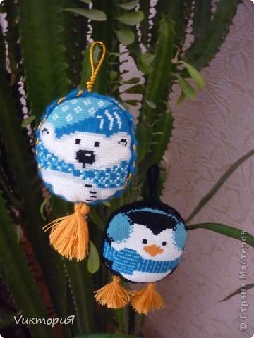 """Вот такие игрушки вышила для своих девочек . Белого медвежонка и пингвинчика из набора  от """"Риолиса"""". фото 1"""