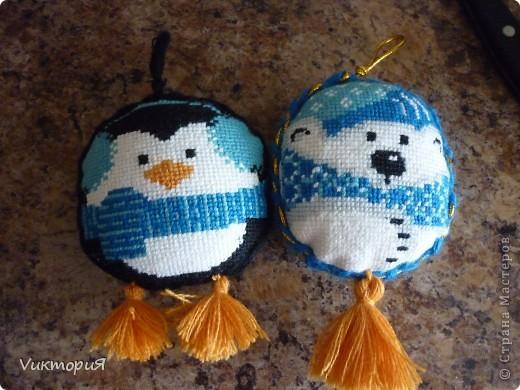 """Вот такие игрушки вышила для своих девочек . Белого медвежонка и пингвинчика из набора  от """"Риолиса"""". фото 2"""