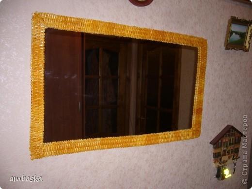Долго собиралась сделать рамку для зеркала, вот что получилось. Не знала, как крепить, посадила на двухсторонний скотч. Посмотрим, будет ли держать. фото 1