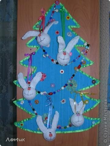 Вот такую елочку из голубого вельвета,наклеенного на гофрированный картон я сделала на прошлый новый год. Это целое поле для маленьких поделок,которые можно повесить на нее. фото 3