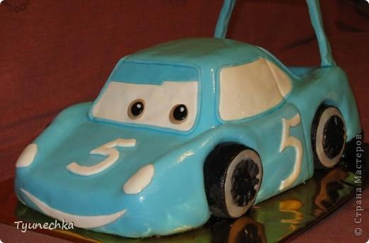 Такой вот тортик на пятилетие для мальчика Олежки. Внутри: бисквитные коржи, пропитанные молочным сиропом, творожно-сливочное суфле с вишней, крем шарлотт, крем ганаш, мастика из маршмеллоу фото 1
