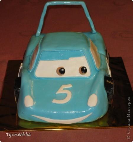 Такой вот тортик на пятилетие для мальчика Олежки. Внутри: бисквитные коржи, пропитанные молочным сиропом, творожно-сливочное суфле с вишней, крем шарлотт, крем ганаш, мастика из маршмеллоу фото 2