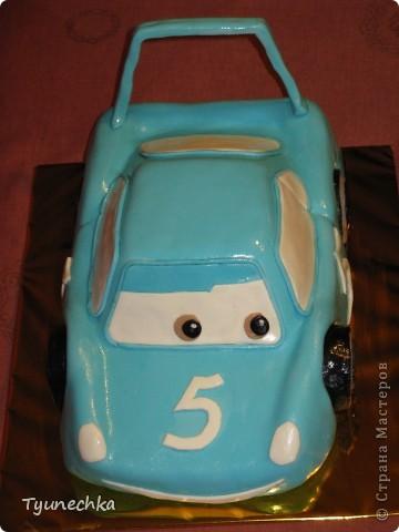 Такой вот тортик на пятилетие для мальчика Олежки. Внутри: бисквитные коржи, пропитанные молочным сиропом, творожно-сливочное суфле с вишней, крем шарлотт, крем ганаш, мастика из маршмеллоу фото 4