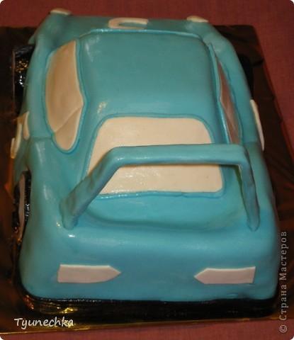 Такой вот тортик на пятилетие для мальчика Олежки. Внутри: бисквитные коржи, пропитанные молочным сиропом, творожно-сливочное суфле с вишней, крем шарлотт, крем ганаш, мастика из маршмеллоу фото 5