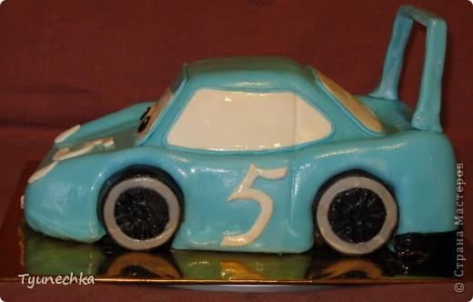 Такой вот тортик на пятилетие для мальчика Олежки. Внутри: бисквитные коржи, пропитанные молочным сиропом, творожно-сливочное суфле с вишней, крем шарлотт, крем ганаш, мастика из маршмеллоу фото 3